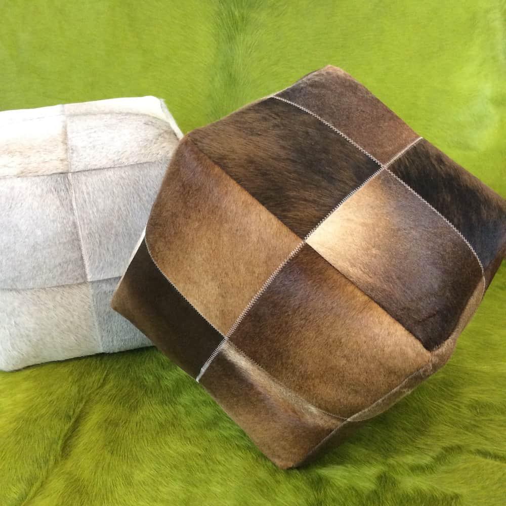 Sitzpuff Sitzwürfel DAUD aus Kuhfell/Stierfell Braun auf grünem Stierfell Teppich von Light & Living