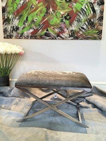 Hocker GRENA und Kuhfell Teppich in grau