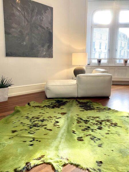 Kuhfell Teppich Tricolore Apfelgrün, Fell Teppich ca. 5 m² eingefärbt in apfelgrün. Die Kuhflecken sind sichtbar