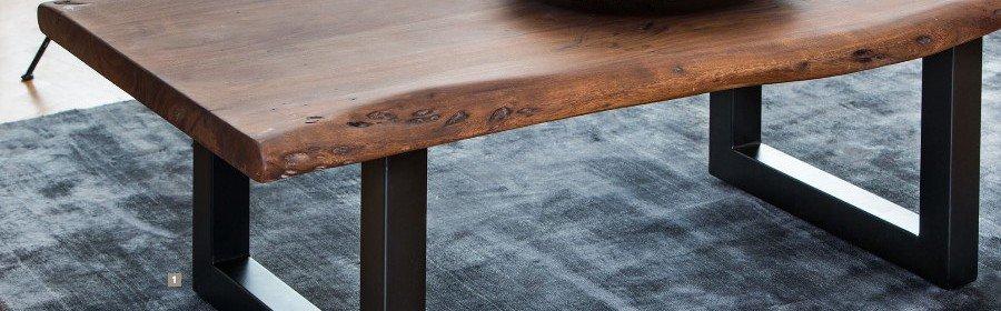 Couchtisch AMBATO aus Holz und blauer Teppich von Light & Living