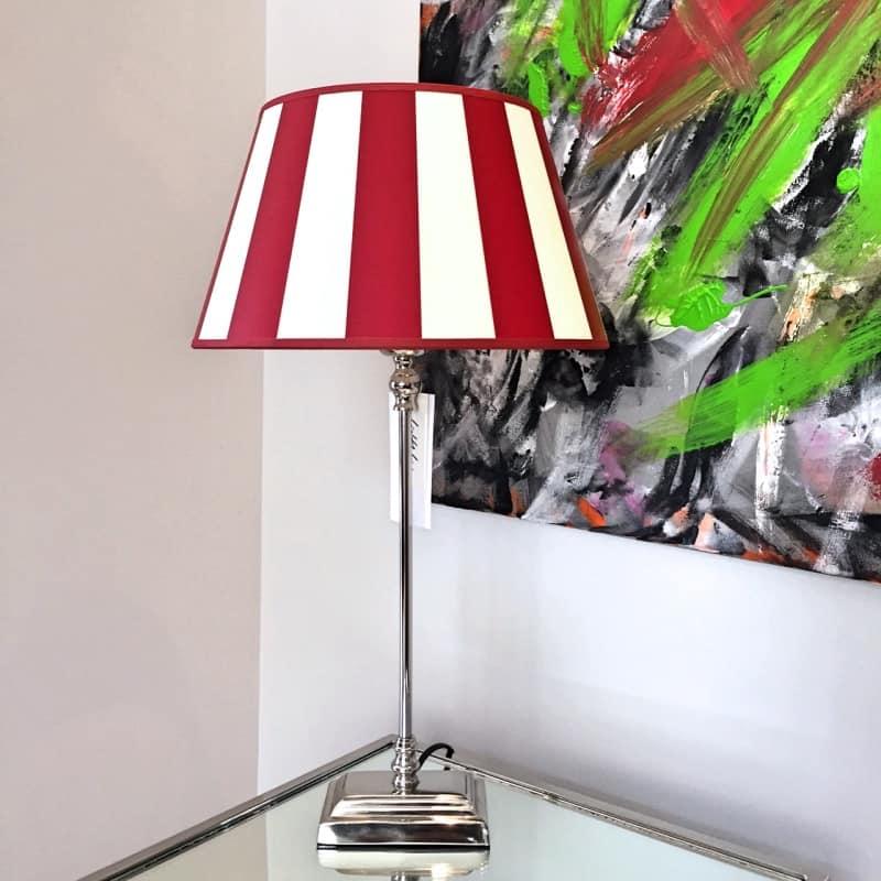 Tischlampe mit silber Lampenfuss und rot weiss gestreiftem Lampenschirm