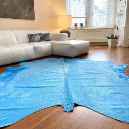 Kuhfell Teppich Himmel Blau, Fell-Teppich ca. 5 m² eingefärbt in traumhaften Blau mit sehr schöner Struktur