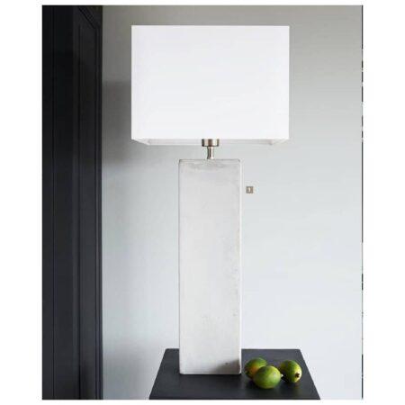Tischlampe Bonn mit einem Betonsockel und weißen Lampenschirm von Light & Living