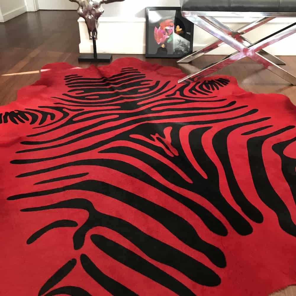 fellhof kuhfell stierfell zebra rot gutraum8 fell teppich. Black Bedroom Furniture Sets. Home Design Ideas