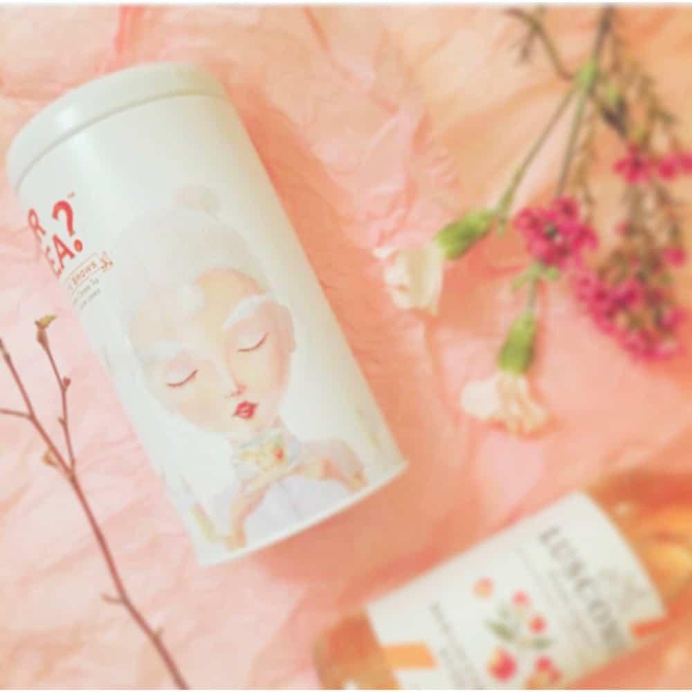 Teller aus Holz mit Blumenmuster - Teetasse in Pink und weisser Tee 'White Peony' von Or Tea?
