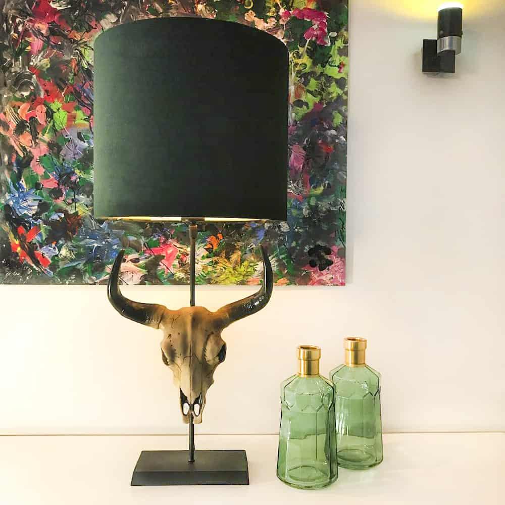 Tischlampe SKULL, Büffelkopf - Velours Lampenschirm in grün von Light & living