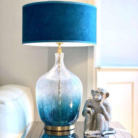 Tischlampe FREDERICK, Lampenfuss aus blauem Glas - Lampenschirm Velvet Samt in petrol von Van Roon Living