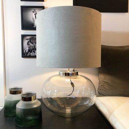 Tischlampe GHIANNA Lampenfuss aus Glas - Lampenschirm aus Samt in hell Grau
