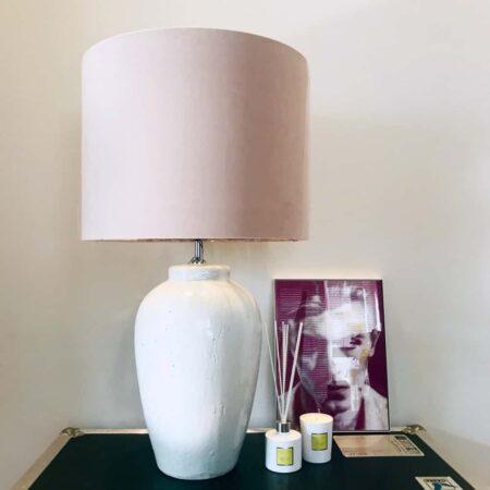 Tischlampe VESUVIUS, weiß Keramik Lampenfuss mit zart rosa Lampenschirm aus Velours