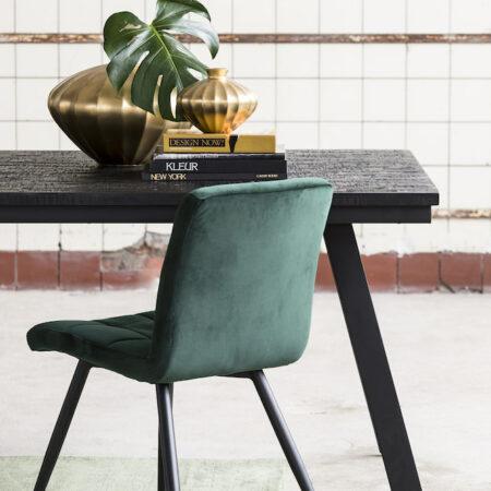 Esszimmer, Esstisch aus Holz in schwarz und samtig grüner Esszimmertuhl