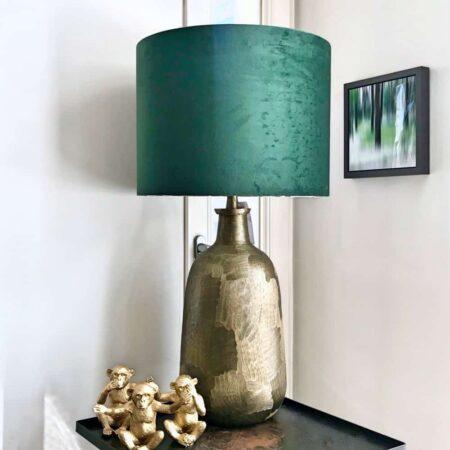 Tischlampe FLATEY antik BronzeLampenfuss im antik Bronze-Look mit einem Lampenschirm in Samt Grün von der Marke Light & Living