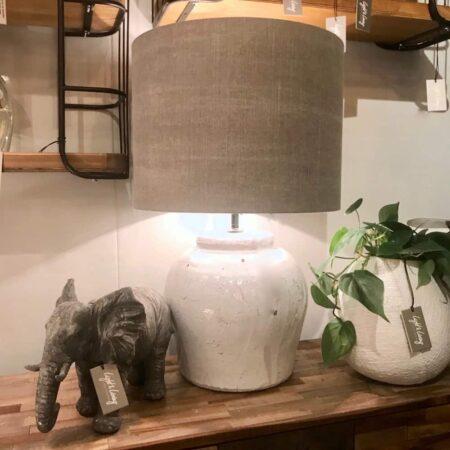 Tischlampe ETNA Keramik Otter, Lampenfuss Keramik antik weiss mit einem Lampenschirm aus Stoff in Otter Ton
