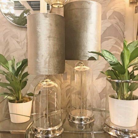 Tischlampe BOUALA silber Lampenfuss mit Glasglocke - Lampenschirm in der Farbe Zinc Taupe aus Samt