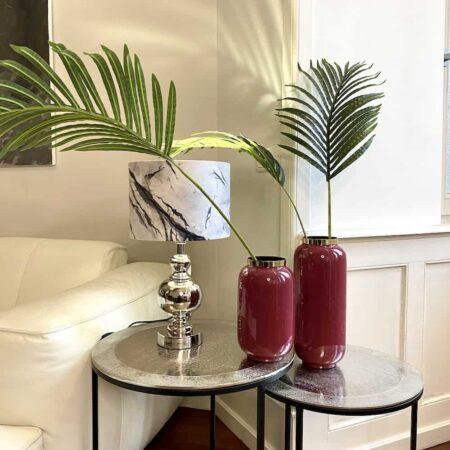 Dekoration Wohneinrichtung, dekorative Ideen mit Leuchten und Vasen auf einem Beistelltisch im industiral Stil.