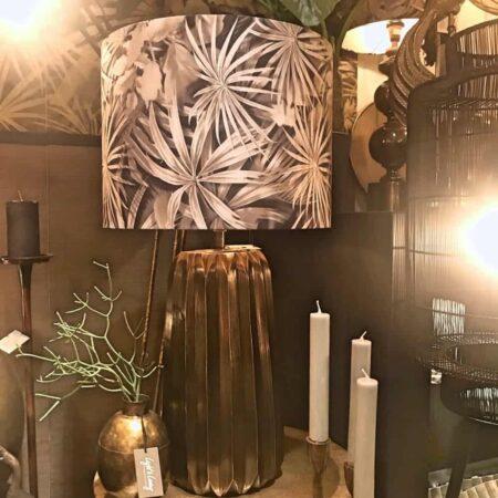 Tischlampe ROMITA antik Bronze, Lampenfuss im antik Bronze-Look mit einem extravaganten Lampenschirm mit Blattmuster von der Marke Light & Living