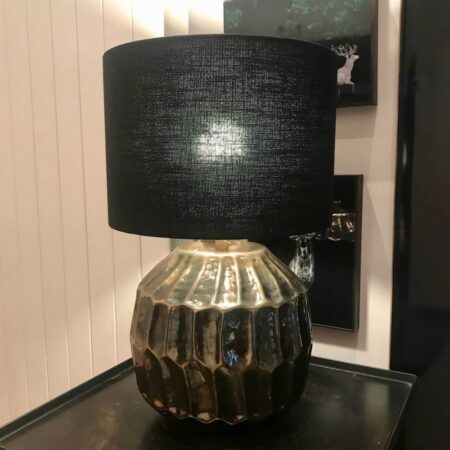 runder bronze farbener Lampenfuss mit einem stoffenen Lampenschirm in schwarz von Light & Living