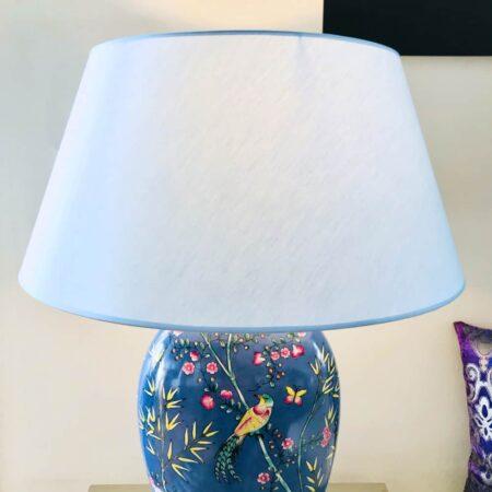 Tischlampe CORNWALL GARDEN, Luxus Tischleuchte von Van Roon Living, Porzellan Lampenfuss mit Blumen und Vögeln in Blau mit Eis-blauem Lampenschirm