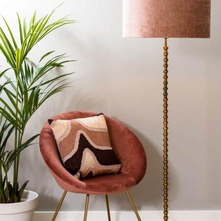 Möbel & Dekoration, Stühle und Stehleuchten aus Samt in rosa und gold von Light & Living