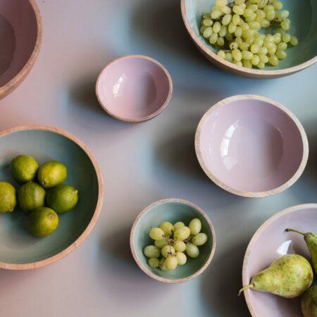 Dekoration Esszimmertisch mit Schalen, Dekoschalen in rosa und mint aus Holz von Light & Living