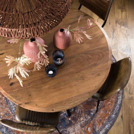 Esszimmer, Runder Esstisch aus Akazien Holz und Dekoration von Light & Living