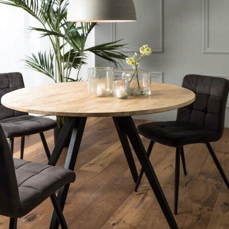 Esszimmer, Esstisch Mango Holz und Esszimmerstühle aus Samt von Light & Living