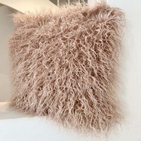 Kissen YETI Kunstfell rosé, flauschiges Kissen von der Marke Carma