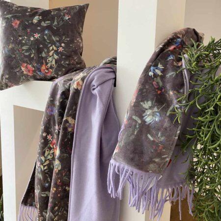 Happy Plaid und Kissen meadow aus Samt, Kollektion von CARMA, Futter aus Wolle und Cashmere