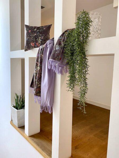 Showroom GutRaum8, Kollektion HAPPY Plaid von CARMA - Decke und Kissen aus Samt, Futter Wolle / Cashmere