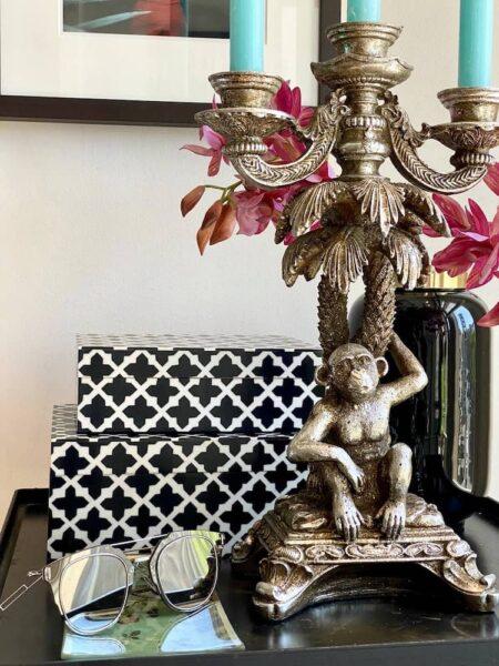 3armiger Kerzenhalter GOTHAM antik silber + Deko Box, Extravaganter Leuchter in From einer Palme mit niedlichen Affen und Holzkiste von GiftCompany