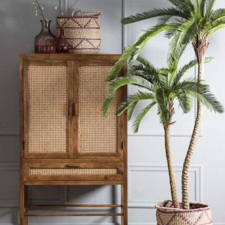 Schrank NIPAS von Light & Living braunes Holz dekoriert