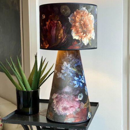 Tischlampe SHADE FLOWER - Leuchte aus Lampenschirm entworfen - edles Material aus Samt im Blumen Muster von Van Roon Living