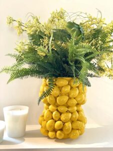 Vase ALL LEMONS Van Roon Living, Die Vase mit Zitronen aus Porzellan lässt sich wunderbar in jedes Wohnambieten integrieren.
