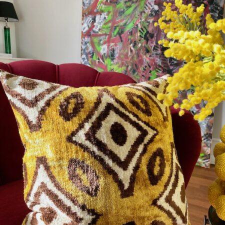 Samtkissen 'IKAT' / gelb 50x50 cm, samtiges Kissen von Les Ottomans mit Ikat-Muster