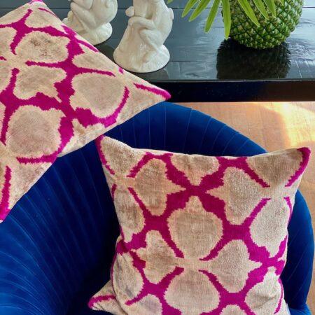 Samtkissen IKAT pink, samtweiche Kissen von Les Ottomans