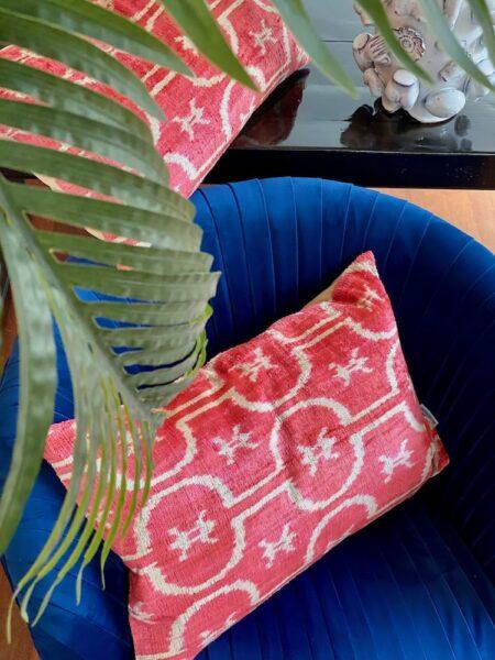 Kissen IKAT rot aus Seidensamt, 40x60 cm - vom Designer Les Ottomans