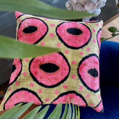 IKAT Kissen rosa, Samtkissen von Les Ottomans