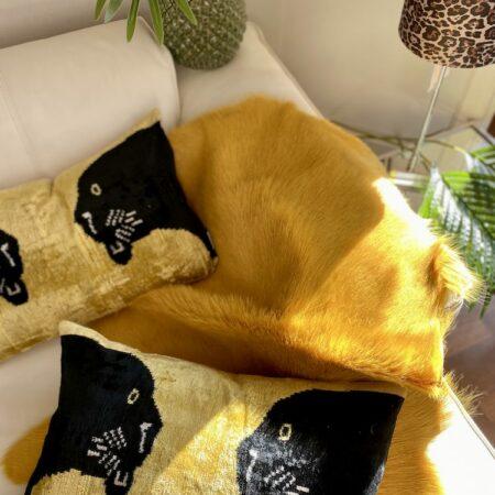 Kissen 'PANTHER' aus Seidensamt / schwarz-gelb , 40x60 cm - exklusives Zierkissen von Les Ottomans