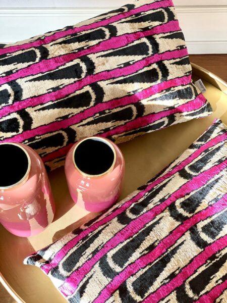samtweiches & luxuriöses Kissen im IKAT-DesignLes-Ottomans Kissen in fuchsia-schwarz aus Seidensamt,