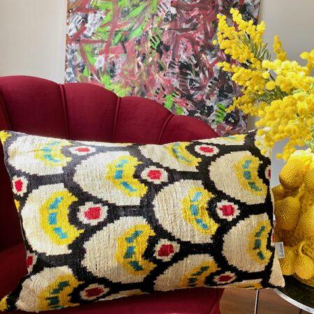 Kissen 'IKAT' aus Seidensamt / schwarz-gelb , 40x60 cm - von Les Ottomans