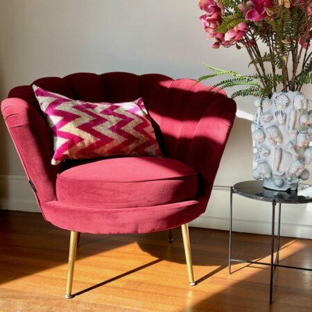 Wohnraum Dekoration, Loungesessel LOTUS, Kissen im Ikat Muster und Vase La Rochelle