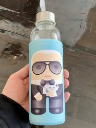 Trinkflasche KALIDOSKOPIO Karl Lagerfeld. Diese Trinkflasche ermöglicht genussvolle Heißgetränke im illustrierten Design.