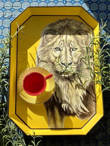 Handbemaltes Tablett 'LÖWE' aus Eisen, gelbes dekoratives Serviertablett, Göße 43x30cm von der Design-Marke Les Ottomans