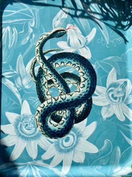 Holz-Tablett Schlange, extravagantes Designer Tablett in blau mit 'Snake' von Les-Ottomans
