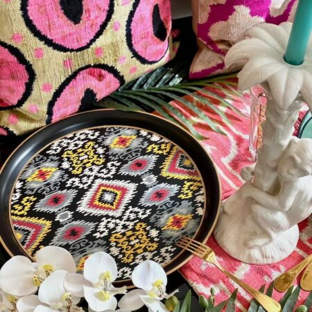 rundes Tablett 'IKAT' , und Dekoration für den Esstisch von Les Ottomans