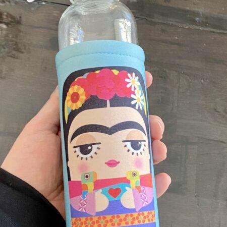 Trinkflasche FRIDA KARLO von KALIDOSKOPIO. Diese Trinkflasche ermöglicht genussvolle Heißgetränke im illustrierten Design.