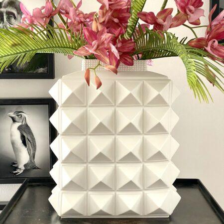 Vase CHARADE STUDDED in weiß, extravagante Blumenvase von Jonathan Adler