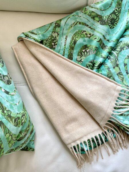 Decke 'Happy Plaid' wave green, luxuriöse Kuscheldecke aus Samt, Wolle & Kaschmir von CARMA