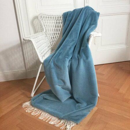 CARMA DECKE TENDER blau mit Fransen, leichte Luxusdecke aus Webpelz, Schurwolle und Kaschmir von CARMA