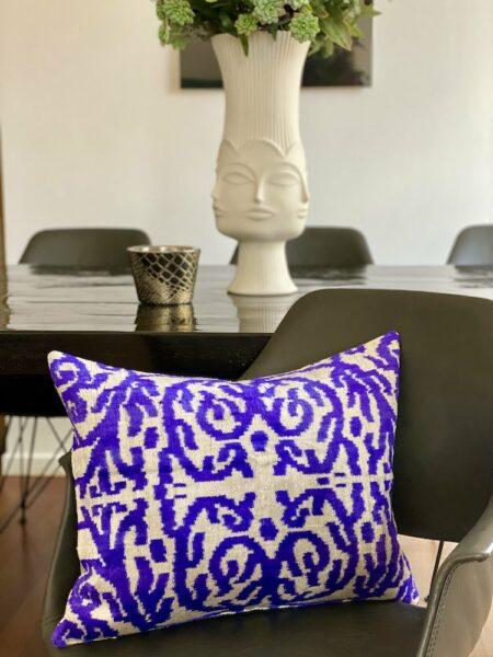 Les-Ottomans Kissen in lila aus Seidensamt, samtweiches & luxuriöses Kissen im IKAT-Design - 40x50cm