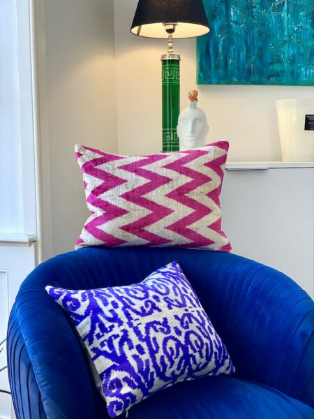 Kissen IKAT in pink & lila aus Seidensamt, samtweiches & luxuriöses Kissen von der Design Marke Les Ottomans - 40x50cm